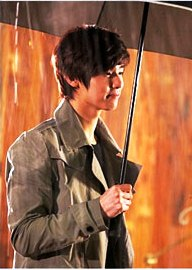 Kang-Min-Hyuk-in-the-rain